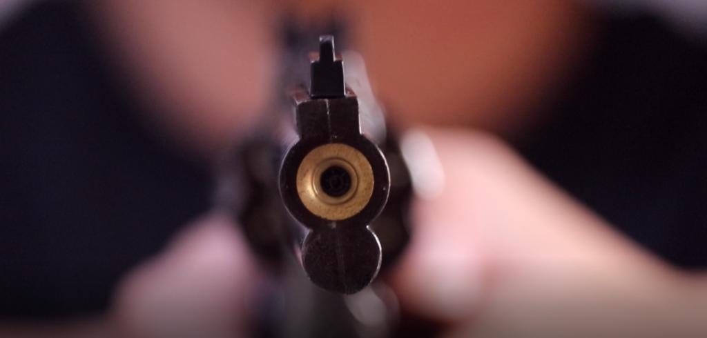 Canon EOS Kiss X9i ぼかし撮影 マグナム銃を構える